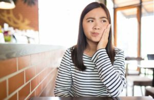 Woman with toothache wonders if she can put off getting a filling